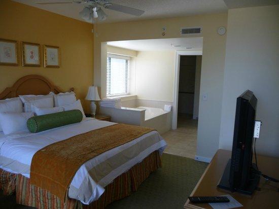Marriott's Barony Beach Club: Master Bedroom/Bath