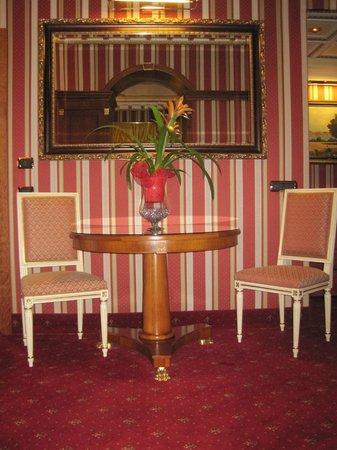 Hotel Manfredi Suite in Rome : tavolo salotto