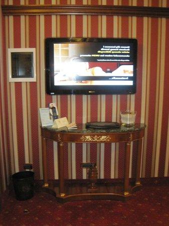 Hotel Manfredi Suite in Rome : televisore salotto
