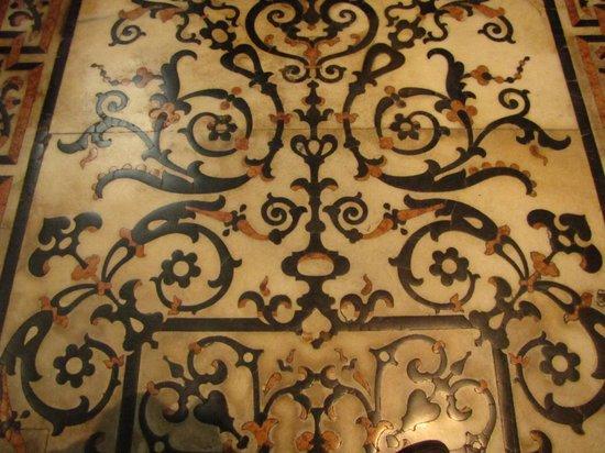 Chiesa di Santa Maria presso San Celso: pavimento marmoreo