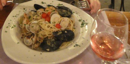 Leporini: Espaguete com frutos do mar e vinho rosé... ótima escolha!