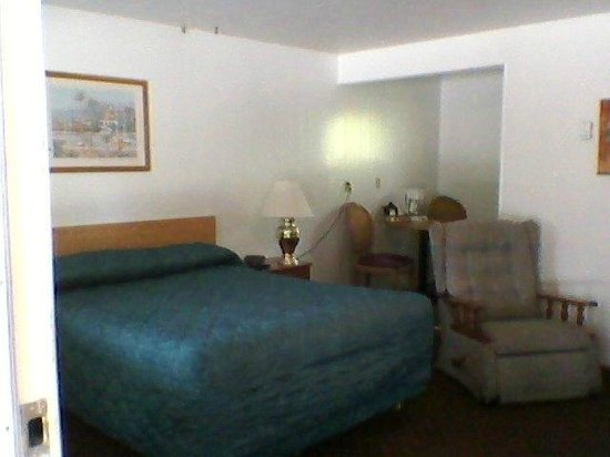 Riverside Lodge Motel: A Single Queen Room, with Kitchenette