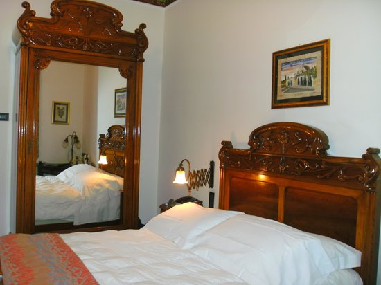 Des Etrangers Hotel & Spa: Example of antique furniture in room