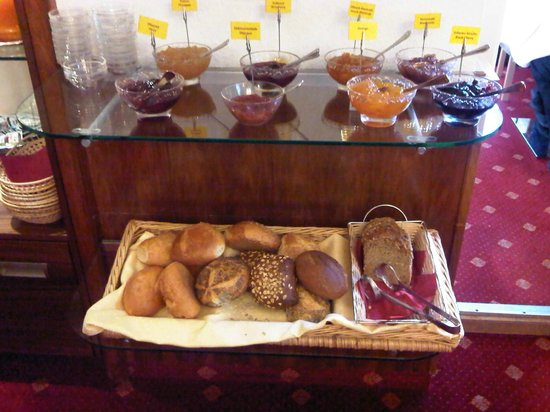 Hotel Barbara Garni: Nice selection of breads and jams