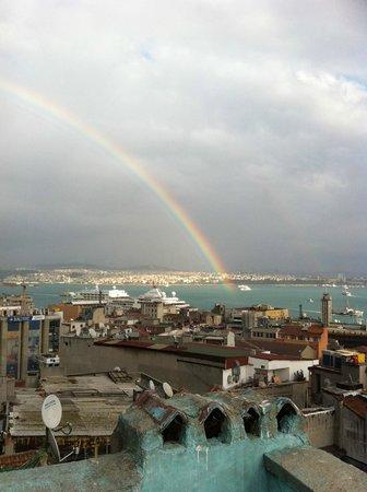 Manzara Istanbul: Auf dem Regenbogen von der Dachterrasse nach Asien