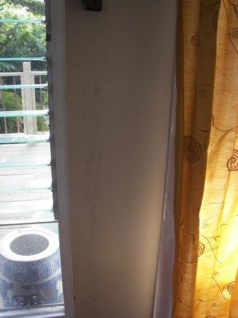 Molokai Hilltop Cottage & West End Studio : Bedroom wall