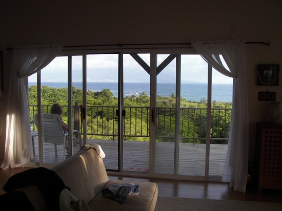 Molokai Hilltop Cottage & West End Studio: Looking outside