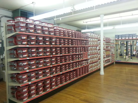 Everything Rubbermaid Store: Row of product on the shelves