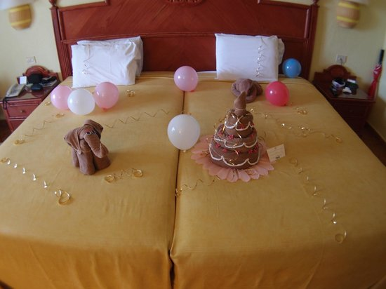 Hotel Riu Playacar: Bedroom decorations made with towels..