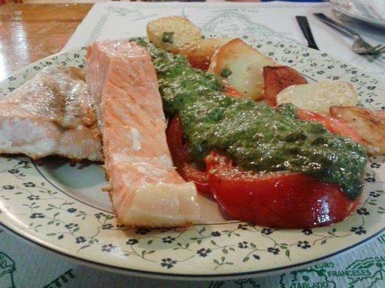 La Vitamina: Salmone con Pomodori Grigliati al Pesto e patate al Sesamo