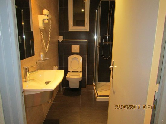 Hotel Spunta di Mare : Salle de bain moderne mais exigüe