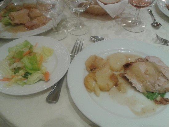 Hotel Villa Maria : Pork, potatoes and salad for dinner