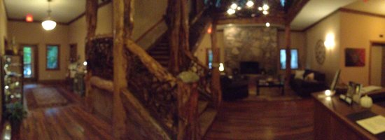 The Esmeralda Inn: Panoramic view of lounge and lobby