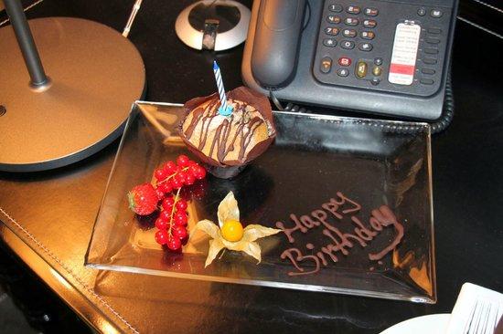 Mövenpick Hotel Stuttgart Airport & Messe: Surprise Birthday cupcake - nice gesture!