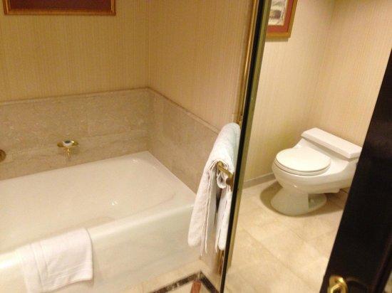 San Cristobal Tower: bathroom