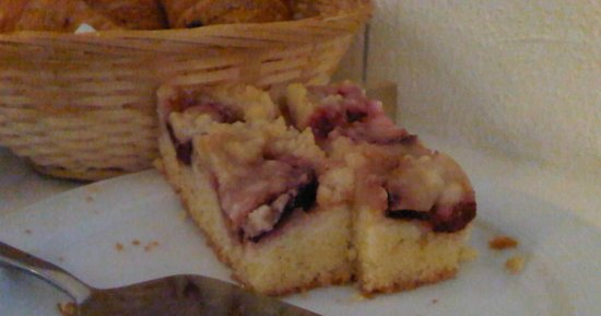 Hotel Fantasia: Plum cake at the breakfast table
