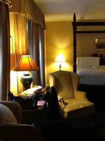 The Inn at Saratoga : Rerular room!