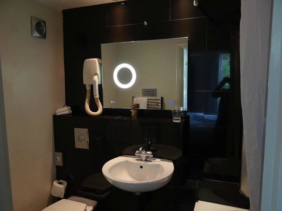 Studley Hotel and Orchid Restaurant: Modern bathroom
