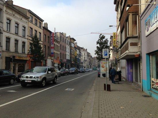 Van Belle Hotel: Street to the hotel