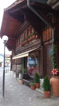Unterseen - D' Rauberegge Lounge in a very old timber house