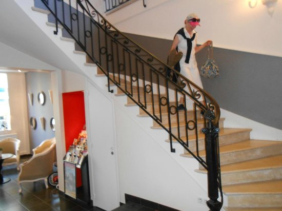 Le Londres: Elegant stairs to reception