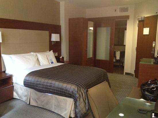 Club Quarters Hotel, Wacker at Michigan : queen suite