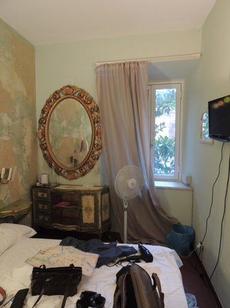 Signor Suite Colosseo: Tiny room, peeling wallpaper