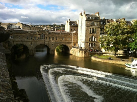 White Guest House: Across the Bridge to the Town of Bath