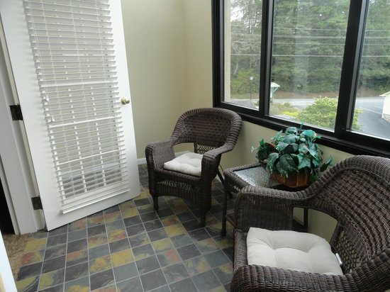 Meadowbrook Inn & Suites: patio balcony