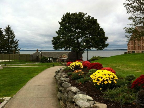 Holiday Inn Bar Harbor Regency : Grounds overlook the water and are beatifully manicured