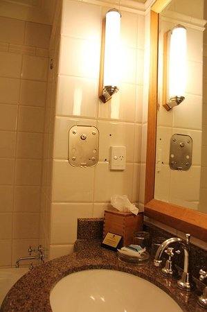 Duxton Hotel: Bathroom