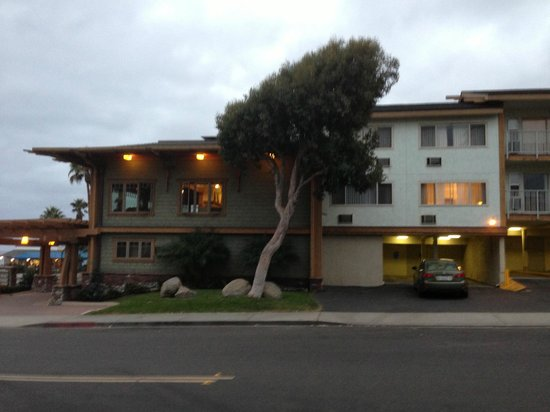 BEST WESTERN PLUS Beach View Lodge: Outside, from side street, dining area, rooms with windows and balconies
