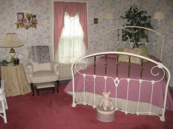 Alice's Dowry Bed & Breakfast : South room ~ sitting room ~ ensuite bath / shower