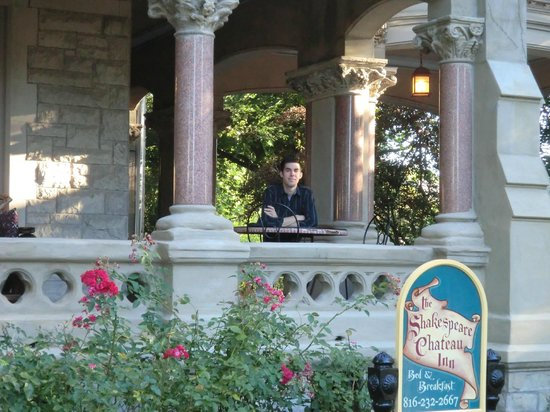 Shakespeare Chateau Bed & Breakfast: Breakfast on the front porch!