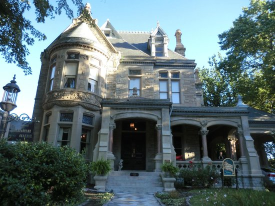 Shakespeare Chateau Bed & Breakfast: Such a stately exterior.