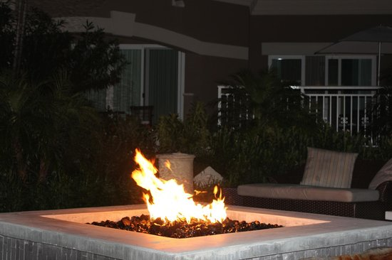Sandals Royal Bahamian Spa Resort & Offshore Island: couples sit by the fire looking out to the beach, listening to music
