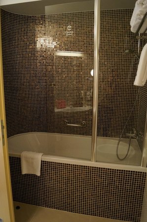 Clarion Congress Hotel Ostrava: Shower/tub with cool tiles
