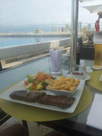 Charleston Cartagena Hotel Santa Teresa: La comida en el área de la terraza-Piscina