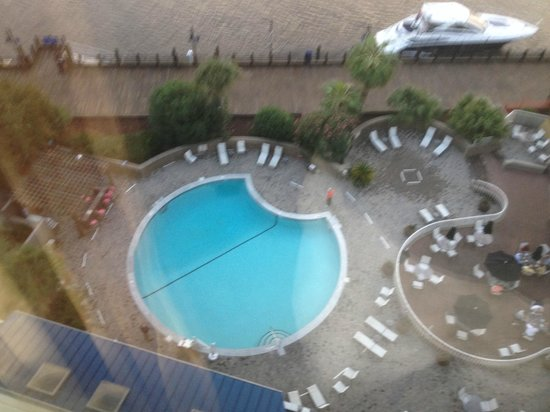 Hilton Wilmington Riverside: Pool and river walk seen from room
