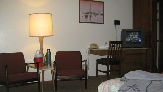 Curly Redwood Lodge: room