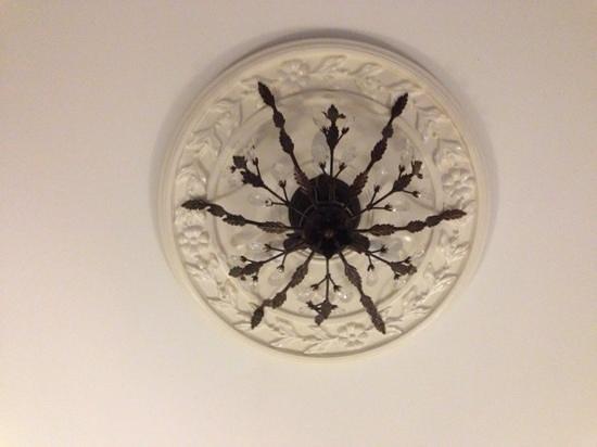 Hotel Ambrose: bedroom ceiling light