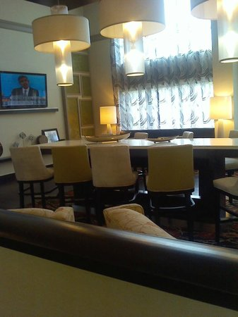 Hampton Inn St. Petersburg: entrance and dining area