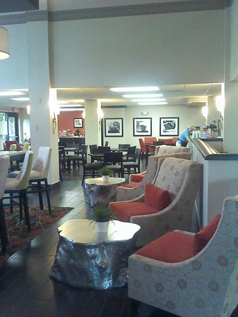 Hampton Inn St. Petersburg: dining and entrance