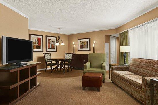 Embassy Suites by Hilton Kansas City-Overland Park: Suite living areas