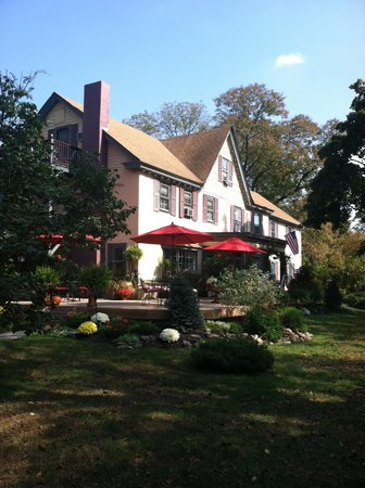 Pineapple Hill Inn Bed & Breakfast: Our first view of Pineapple Hill