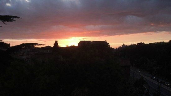 Aklesia Suite B&B - Colosseo: Sunset view over the Colosseum from rooftop
