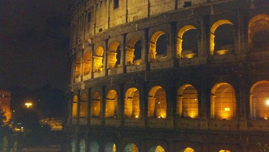 Aklesia Suite B&B - Colosseo: Colosseum at night