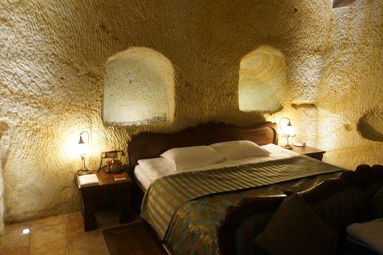 Kayakapi Premium Caves - Cappadocia: Master bed area