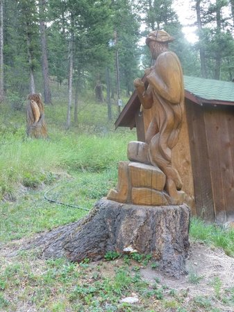 Lost Trail Hot Springs Resort: Carving of fisherman next to cabin