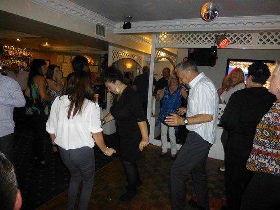 Emilios Greek Restaurant: Bopping the night away